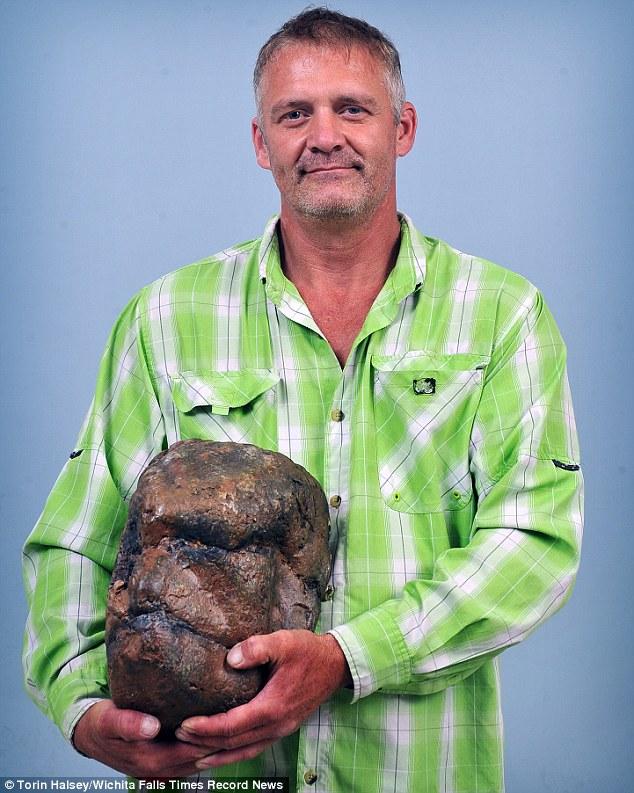 Hòn đá hình sọ người khổng lồ gây tranh cãi ở Mỹ - 1