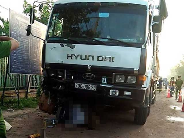 Bị xe tải kéo lê 600 m, người chở chôm chôm tử vong - 1