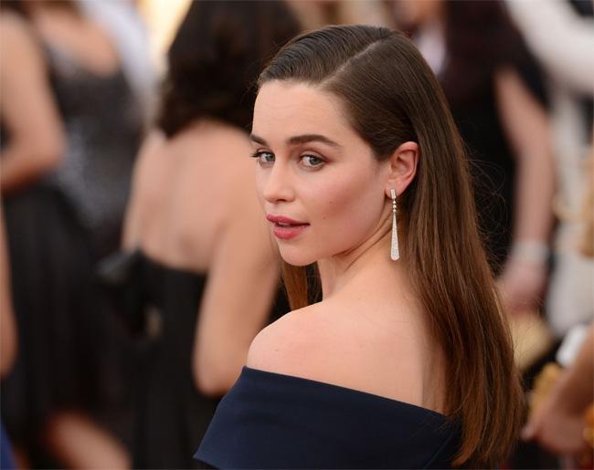 """Những ngày qua,  """" Mẹ rồng """"  Emilia Clarke lại tiếp tục trở thành cái tên gây sốt khi bộ phim tình cảm Me before you (Trước khi em đến) do cô đóng chinh thành công vang dội. Diễn xuất của nữ diễn viên có chiều cao khiêm tốn 1m57 nhận được nhiều lời khen từ giới chuyên môn cũng như khán giả."""