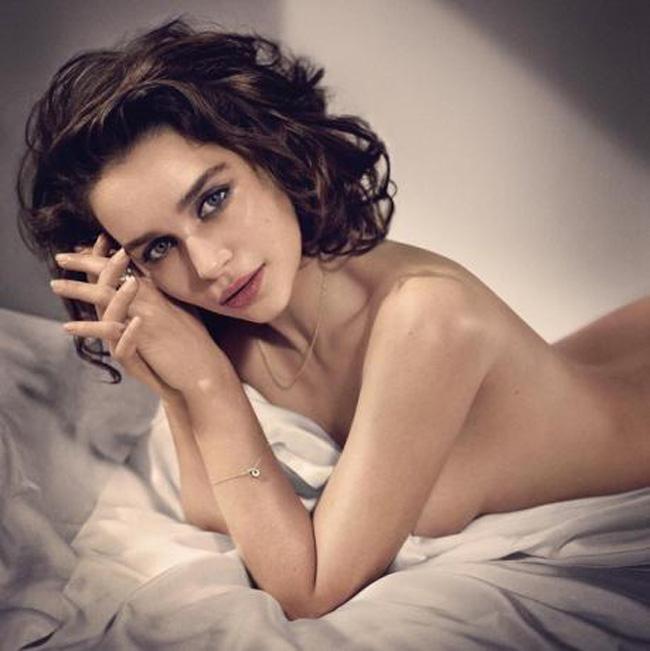 """Tuy từng chụp nhiều bộ ảnh bán nude gợi cảm, nhưng ít ai ngờ rằng, Emilia Clarke đã từng từ chối vai diễn trong phim  """" 50 sắc thái """"  chỉ vì có quá nhiều cảnh khoả thân."""