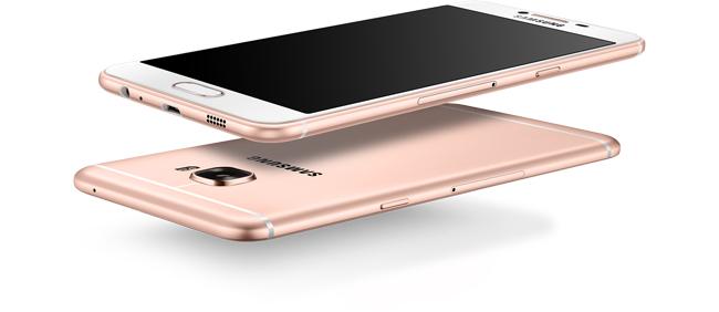 Điện thoại thông minh Galaxy C5 sở hữu lớp vỏ làm bằng kim loại bóng bảy và cứng cáp, các cạnh máy được làm cong nhẹ tạo cảm giác ôm sát khi cầm nắm, trong khi các góc máy được bo tròn nhẹ khá tinh tế.