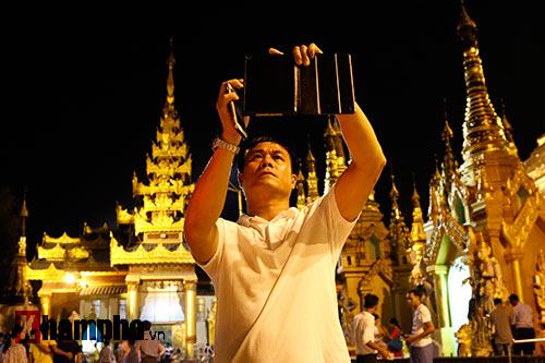 ĐT Việt Nam: Thầy trò Hữu Thắng thăm chùa Vàng cầu may - 3