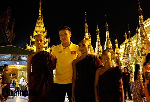ĐT Việt Nam: Thầy trò Hữu Thắng thăm chùa Vàng cầu may - 2