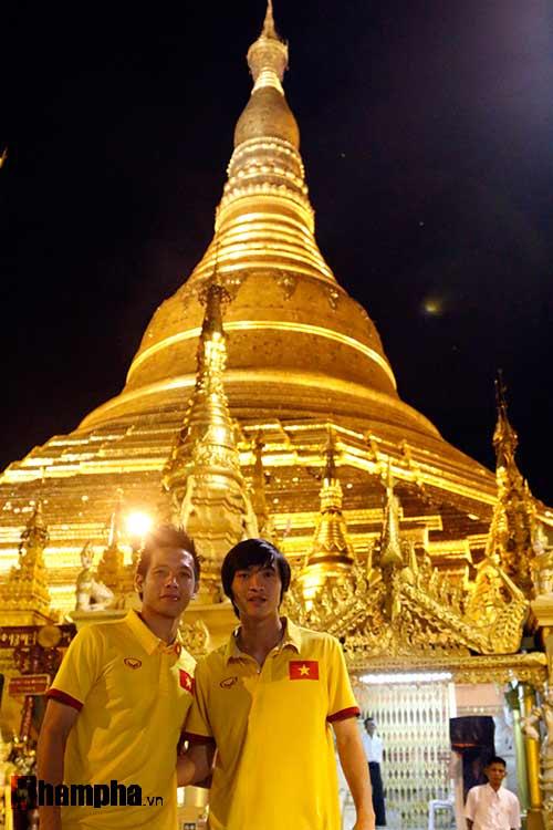 ĐT Việt Nam: Thầy trò Hữu Thắng thăm chùa Vàng cầu may - 4
