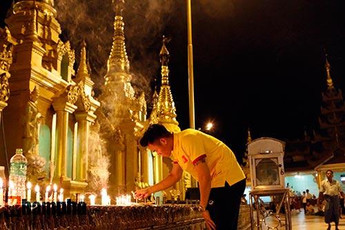 ĐT Việt Nam: Thầy trò Hữu Thắng thăm chùa Vàng cầu may - 6