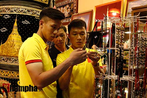 ĐT Việt Nam: Thầy trò Hữu Thắng thăm chùa Vàng cầu may - 12