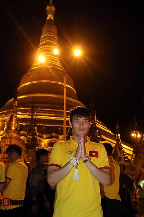 ĐT Việt Nam: Thầy trò Hữu Thắng thăm chùa Vàng cầu may - 7