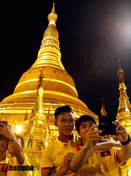 ĐT Việt Nam: Thầy trò Hữu Thắng thăm chùa Vàng cầu may - 8