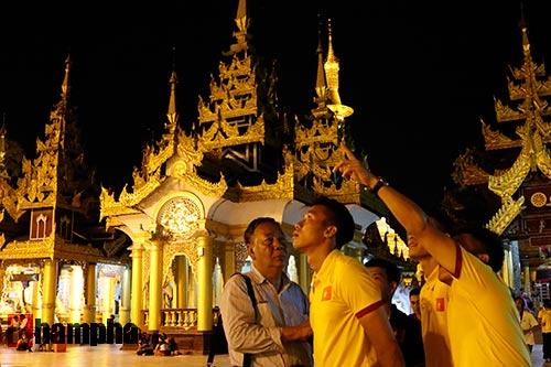 ĐT Việt Nam: Thầy trò Hữu Thắng thăm chùa Vàng cầu may - 10