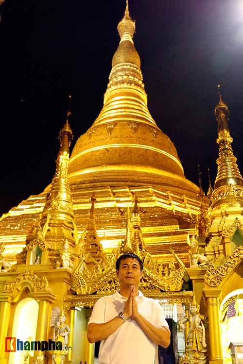 ĐT Việt Nam: Thầy trò Hữu Thắng thăm chùa Vàng cầu may - 11