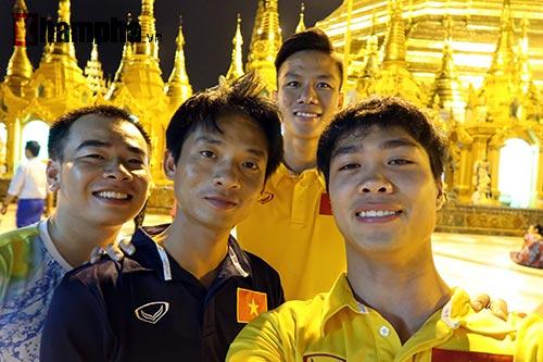 ĐT Việt Nam: Thầy trò Hữu Thắng thăm chùa Vàng cầu may - 9