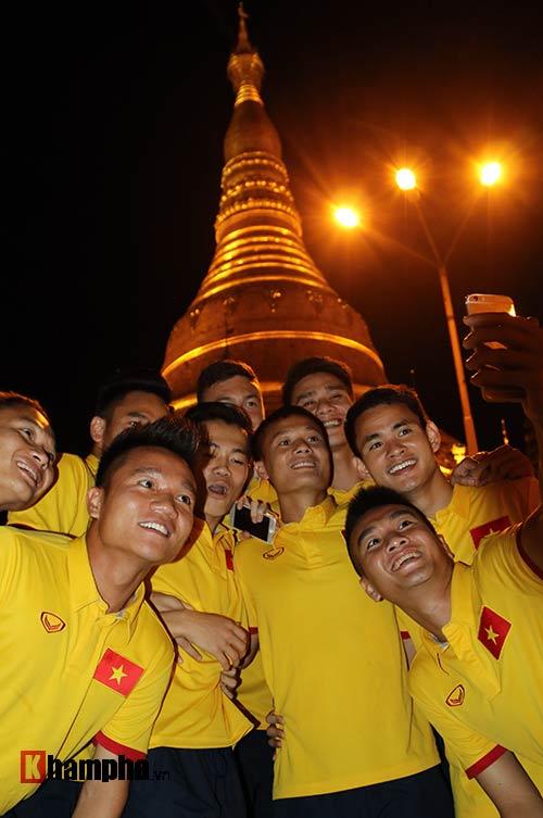 ĐT Việt Nam: Thầy trò Hữu Thắng thăm chùa Vàng cầu may - 1