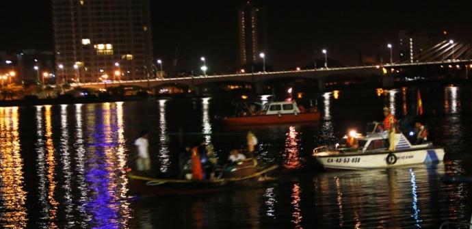 Tìm kiếm nạn nhân chìm tàu Sông Hàn - Trắng đêm cứu người - 1