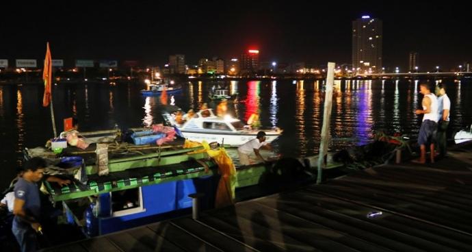 Trắng đêm tìm kiếm nạn nhân vụ chìm tàu trên sông Hàn - 11