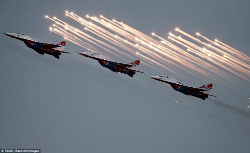 Ngắm chiến đấu cơ Nga phô diễn sức mạnh hoành tráng - 4