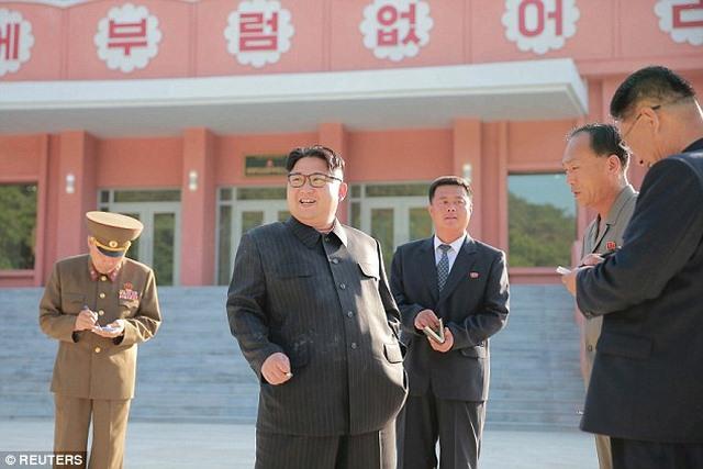 Kim Jong-un hào hứng ngồi giường tầng trẻ em - 1