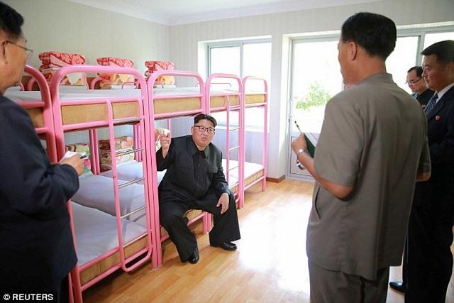 Kim Jong-un hào hứng ngồi giường tầng trẻ em - 2