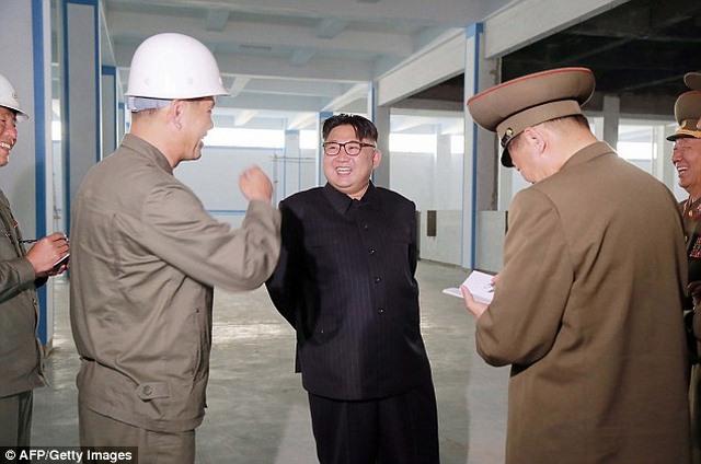Kim Jong-un hào hứng ngồi giường tầng trẻ em - 3