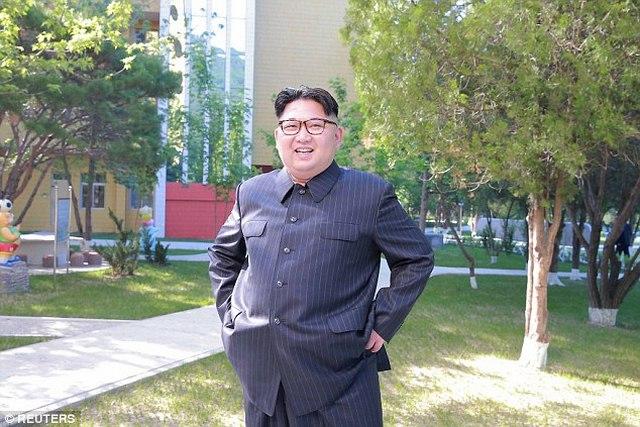 Kim Jong-un hào hứng ngồi giường tầng trẻ em - 4