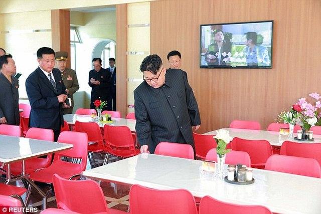 Kim Jong-un hào hứng ngồi giường tầng trẻ em - 5