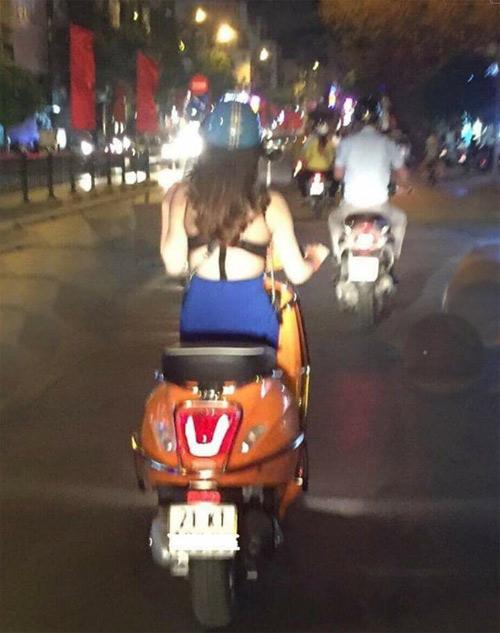 """Nắng nóng, thiếu nữ Việt diện """"mốt lưng trần"""" ra phố - 1"""