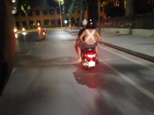 """Nắng nóng, thiếu nữ Việt diện """"mốt lưng trần"""" ra phố - 3"""
