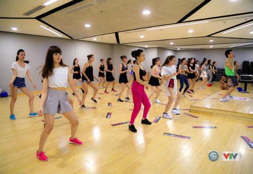 """Dàn hot girl tập luyện chờ """"nóng cùng EURO 2016"""" - 2"""