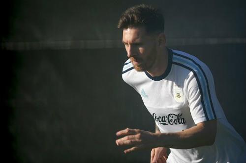 Messi râu ria lạ mắt, miệt mài tập luyện sau vụ hầu tòa - 1