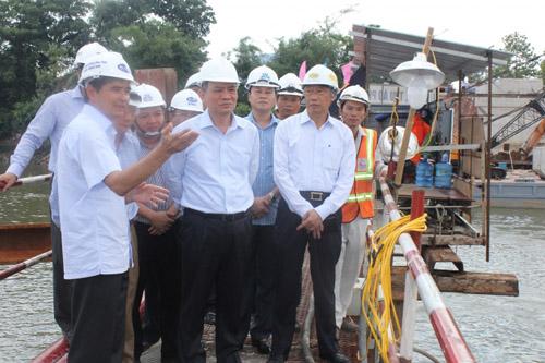 Bộ trưởng Bộ GTVT kiểm tra tiến độ thi công cầu Ghềnh - 2