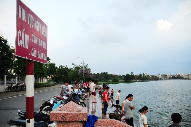 Nắng nóng cực đỉnh, người HN đưa chó cưng ra hồ Tây tắm cùng - 10