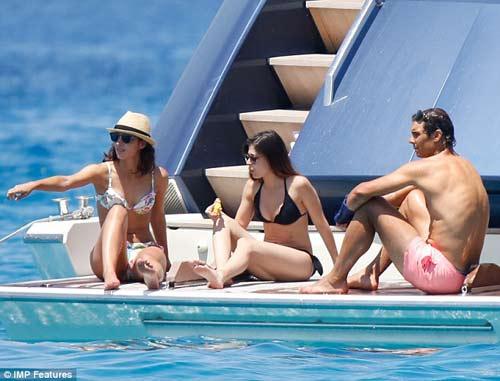 Nadal dẫn bạn gái đi biển, mơ hồ dự Wimbledon - 4