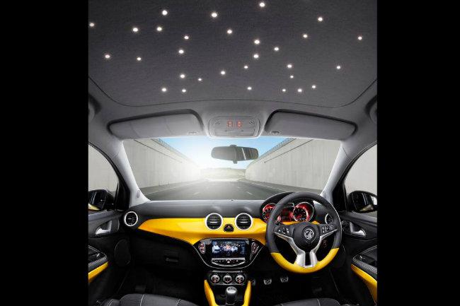 Đèn LED tạo bầu trời sao trên Vauxhall Adam giá 325 Euros (~367 USD). Dù là mẫu xe nhỏ nhưng Vauxhall Adam chơi trội chẳng kém gì Rolls-Royce Phantom khi thiết kế tùy chọn hệ thống đèn LED trên mái vòm tạo ra một bầu trời đêm đầy sao.