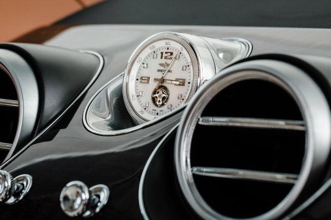 Đồng hồ vàng Breitting trên xe Bentley Bentayga giá 117.000 Euros (~132.000 USD) đủ để mua được thêm 1 chiếc Bentayga cũ.
