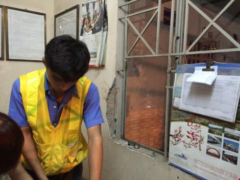 Nam thanh niên nghi ngáo đá cầm dao cố thủ trong chốt xe lửa - 2