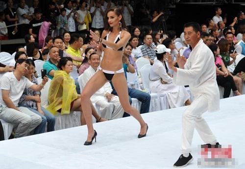 Gái xinh mặc bikini múa Thái cực quyền trên sân khấu - 1