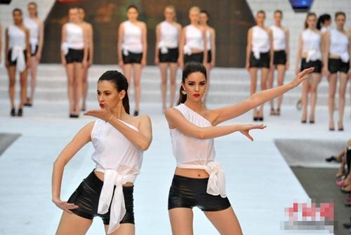 Gái xinh mặc bikini múa Thái cực quyền trên sân khấu - 2