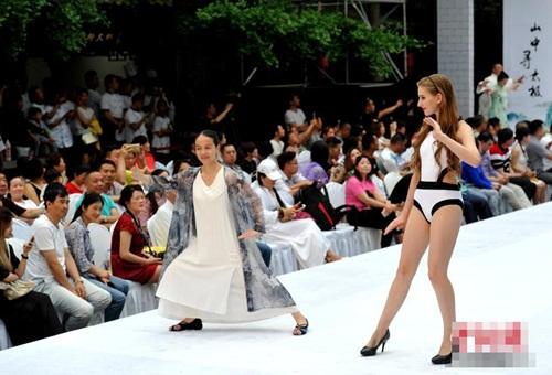 Gái xinh mặc bikini múa Thái cực quyền trên sân khấu - 3