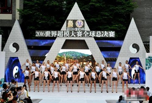 Gái xinh mặc bikini múa Thái cực quyền trên sân khấu - 5