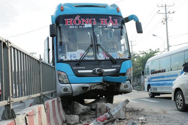 TPHCM: Gần 100 người gào khóc trên 2 xe khách tông nhau - 1