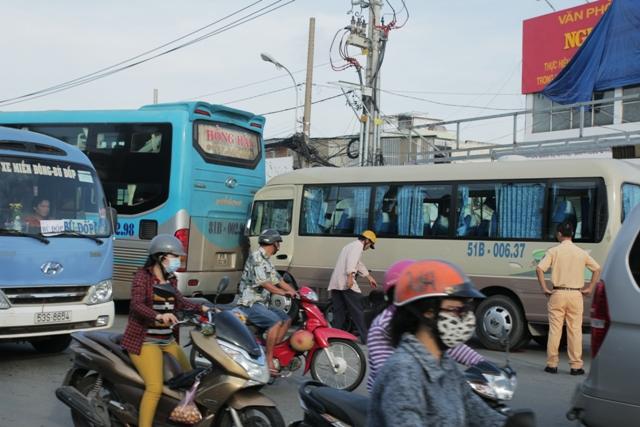 TPHCM: Gần 100 người gào khóc trên 2 xe khách tông nhau - 2