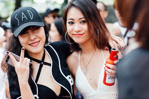 """Thiếu nữ nóng bỏng """"thiêu đốt' tiệc bể bơi ở Hà Nội - 13"""
