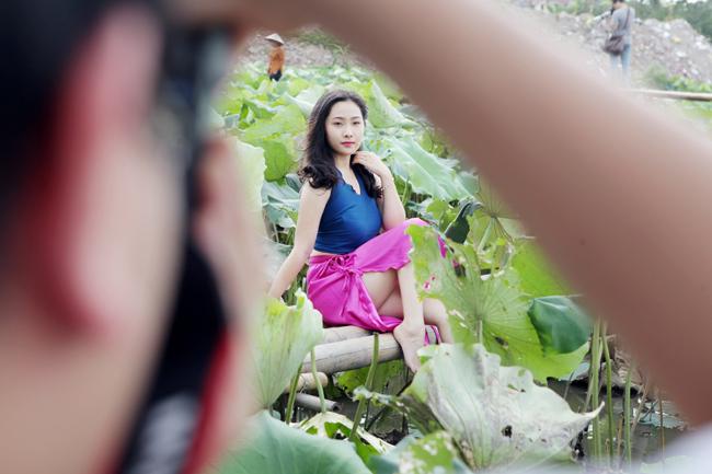 Mỗi năm mùa sen đến cũng là lúc rất đông thiếu nữ Hà thành muốn chụp lại những khoảnh khắc đẹp với sen để làm kỷ niệm.