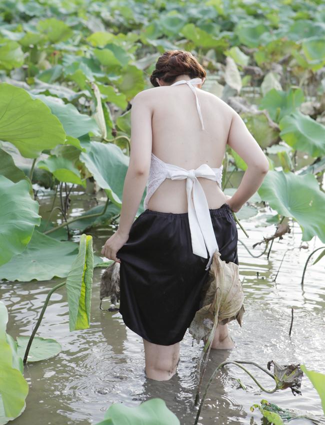 ... nhưng rất nhiều thiếu nữ thường chọn áo yếm chụp ảnh cho dân dã, khoe được đường cong cơ thể.