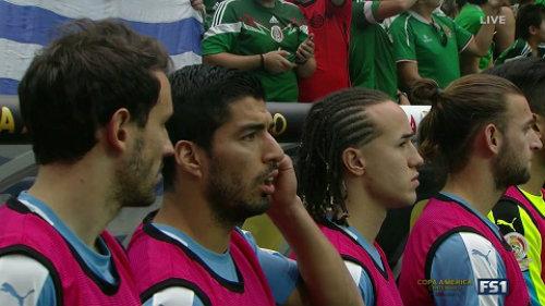 Copa America: Sự cố hy hữu khiến Suarez ngớ người - 2