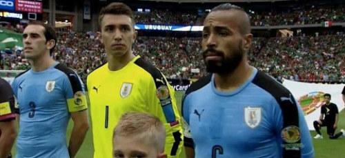 Copa America: Sự cố hy hữu khiến Suarez ngớ người - 1