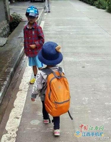 Bé gái 4 tuổi đi bộ nửa đất nước Trung Quốc - 3