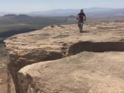 Thể thao - Xe đạp mạo hiểm: Thoát chết thần kỳ trên vách núi