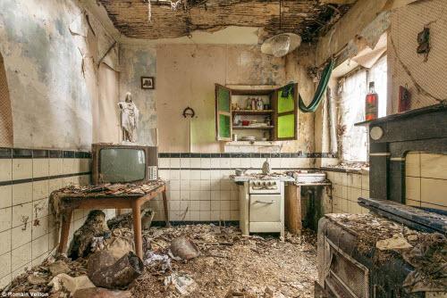 Vẻ đẹp kỳ quái bên trong những tòa nhà bỏ hoang - 1