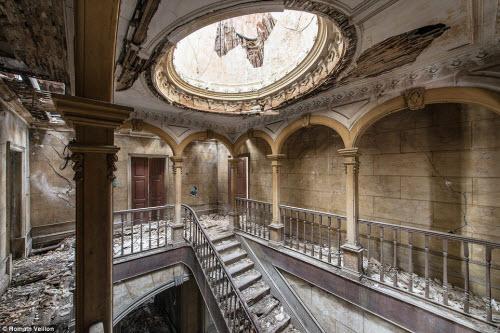Vẻ đẹp kỳ quái bên trong những tòa nhà bỏ hoang - 2