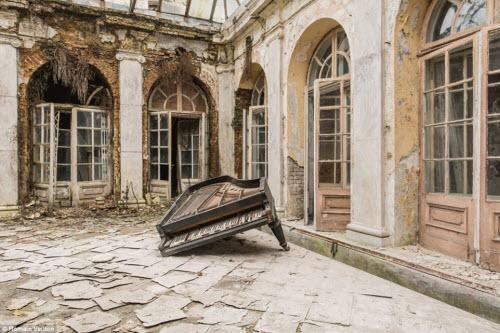 Vẻ đẹp kỳ quái bên trong những tòa nhà bỏ hoang - 3